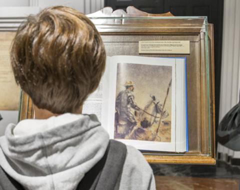 Visitante participa en actividades de la Fiesta de la Historia